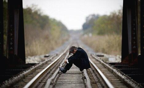 ensam man på tågräls