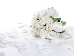 white_rose_petals_and_bouquets_picture_166722
