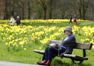 A lady sits on a bench in Sefton Park, Liverpool during the warm spring weather dailymail.co.uk korr